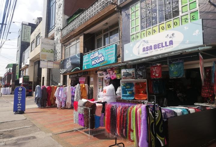 El comercio de barrio se centra en la venta, al por mayor y al detal, de textiles, tanto en materia prima como en ropa