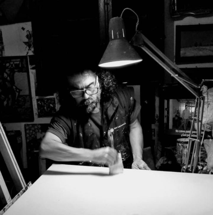 Juan Quiroschka en su taller pintando un cuadro
