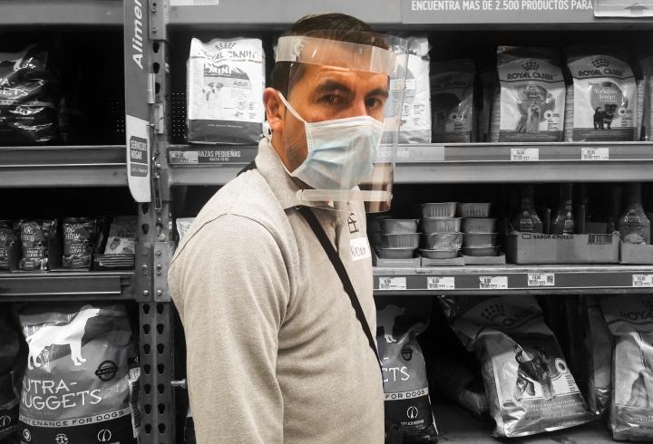 Ronald, un empleado de Homcenter usando careta y tapabocas para evitar la propagación del virus