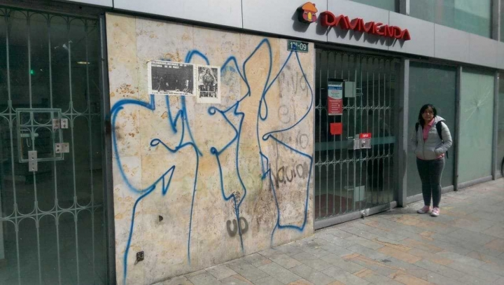 Algunas paredes de los establecimientos bancarios del Centro de Bogotá se vieron afectados por grafitis durante la jornada del Paro Nacional.