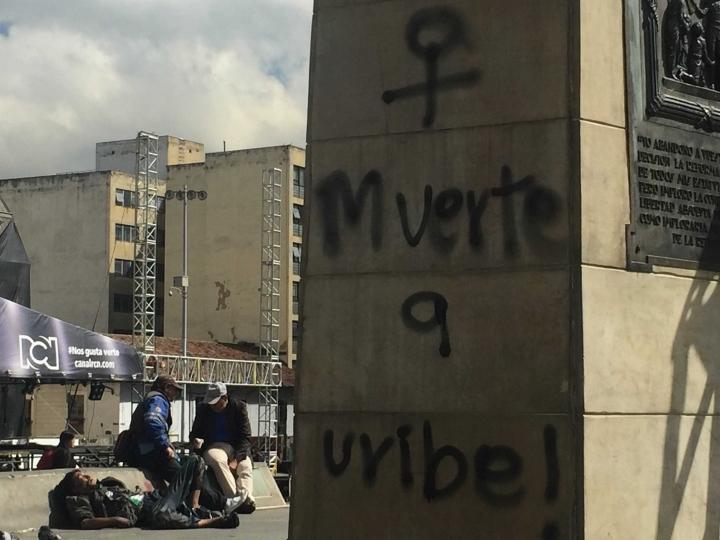 La mayoría de los graffitis de la Plaza de Bolívar atacan al expresidente Álvaro Uribe, al presidente Iván Duque, así como a las fuerzas del ESMAD.