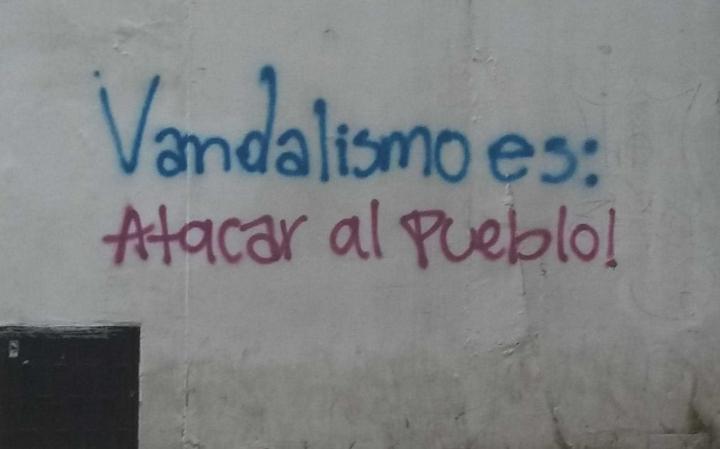 Grafiti contra los actos criminales que pasaron ayer, realizado al frente de la Universidad del Rosario.
