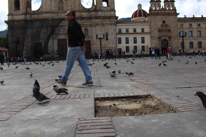 Daños en el suelo de la plaza por adoquines que fueron removidos para atacar a la Policía.