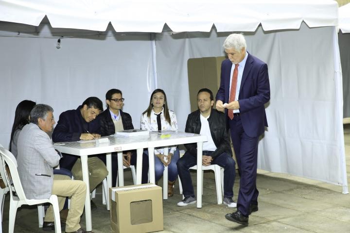 Enrique Peñalosa vota en el Centro de Bogotá. Cortesía de la foto: Alcaldía de Bogotá