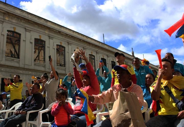 Los colombianos celebran el segundo gol de Colombia. De fondo la parte trasera de una de las casas del antiguo Bronx. Fotos: Santiago Luque Pérez