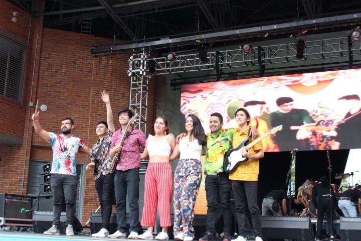 Tras finalizar el show, Tropicácidos recibió el reconocimiento que el programa Crea les tenía preparado.