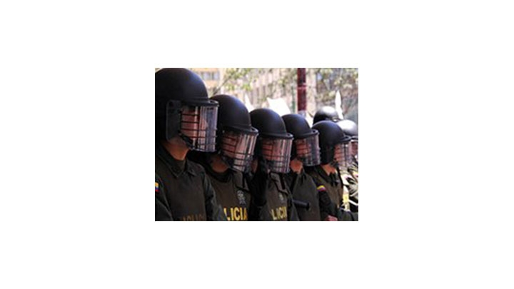 Policías acompañan las marchas en el centro de Bogotá.