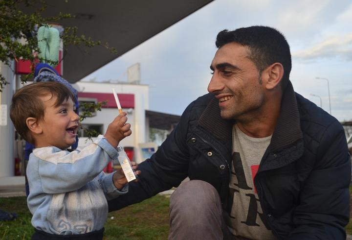 Un padre con su hijo en Idomeni (2016)