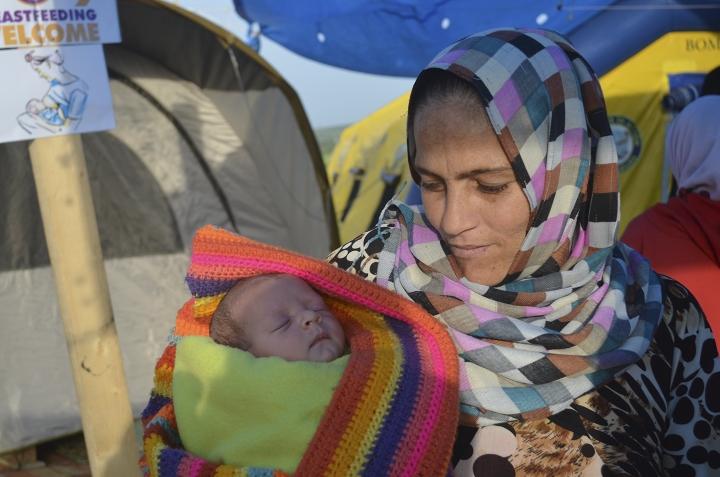 Bebé nacido en Idomeni en brazos de su madre siria (2016)