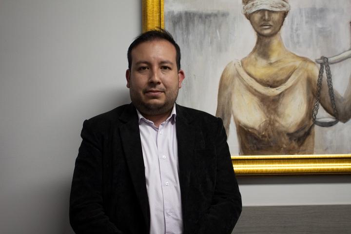 Dr. John Alexander Villamil en su oficina del bufete Mario Iguarán abogados asociados.