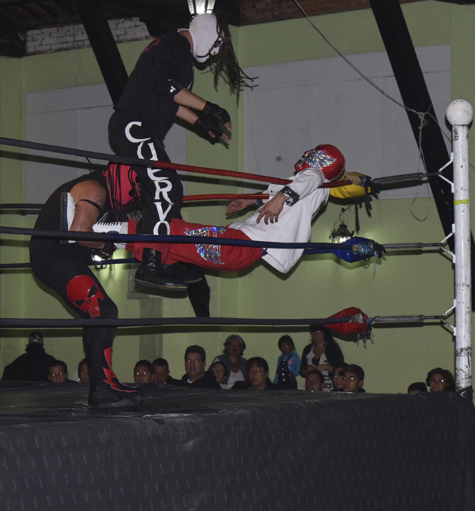 El Cuervo ataca otro luchador