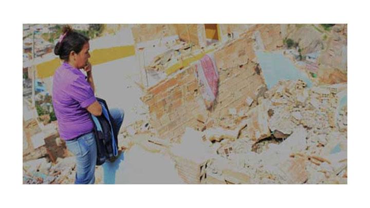 Norma contempla el desastre. La pared azul era la fachada de su casa.