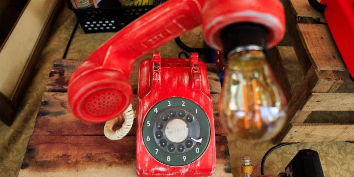 Teléfono convertido en lampara.