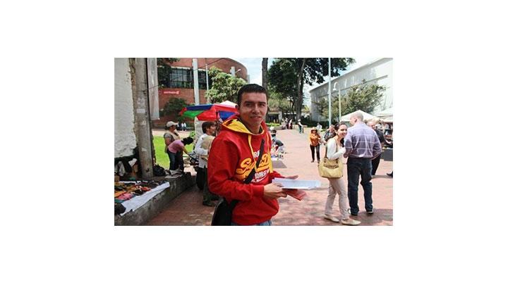 La distribución de material propagandístico el día de votaciones fue una constante en diferentes lugares de la ciudad.