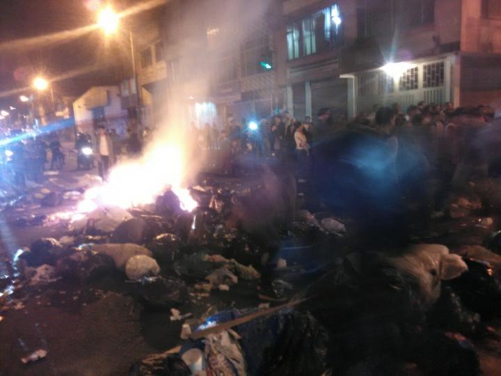 Los ciudadanos prendieron fuego a varias de las barricadas de basura. Foto tomada por Daniela Grimaldo