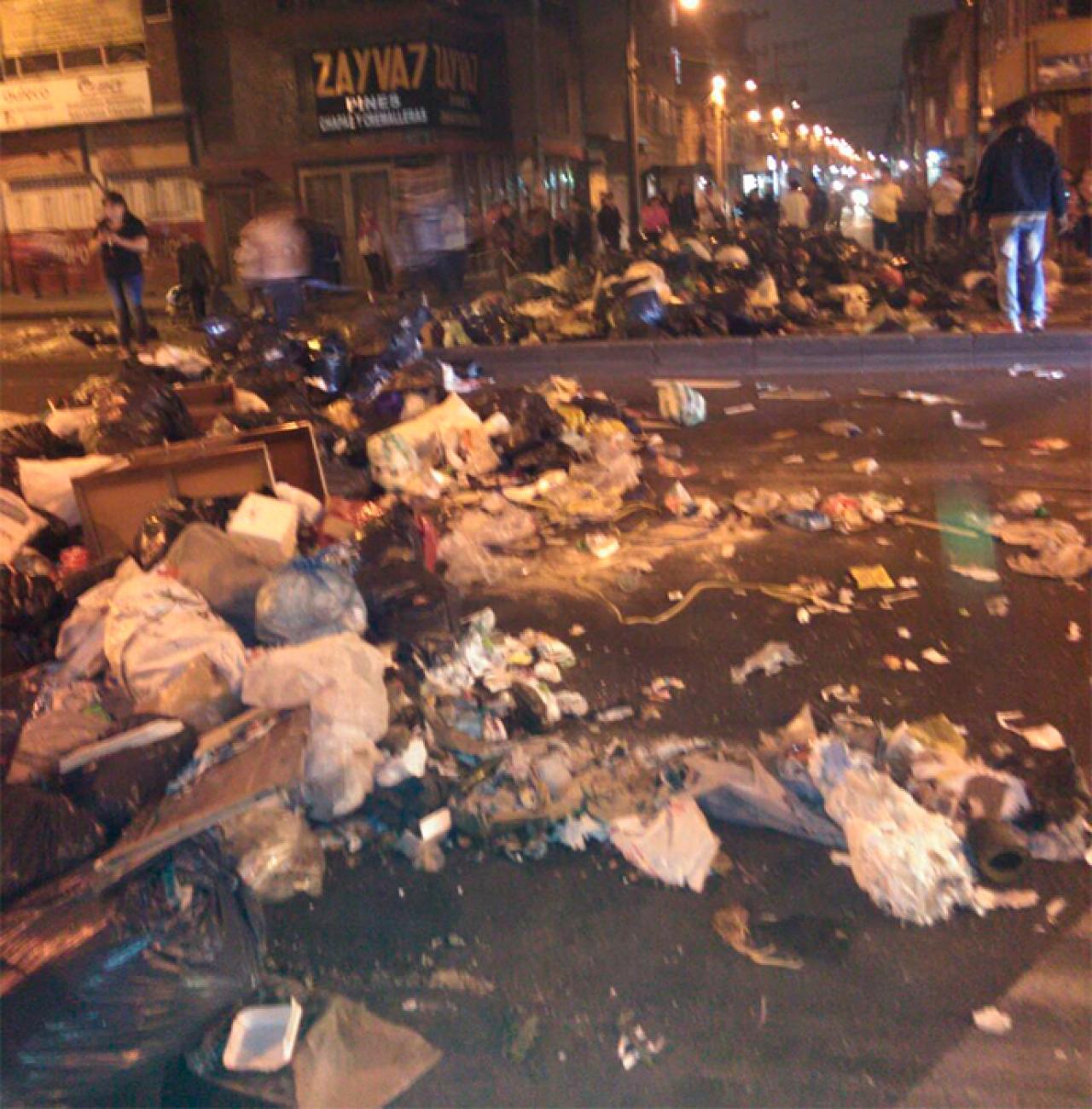 Diez montañas de basura cierran acceso a Engativá