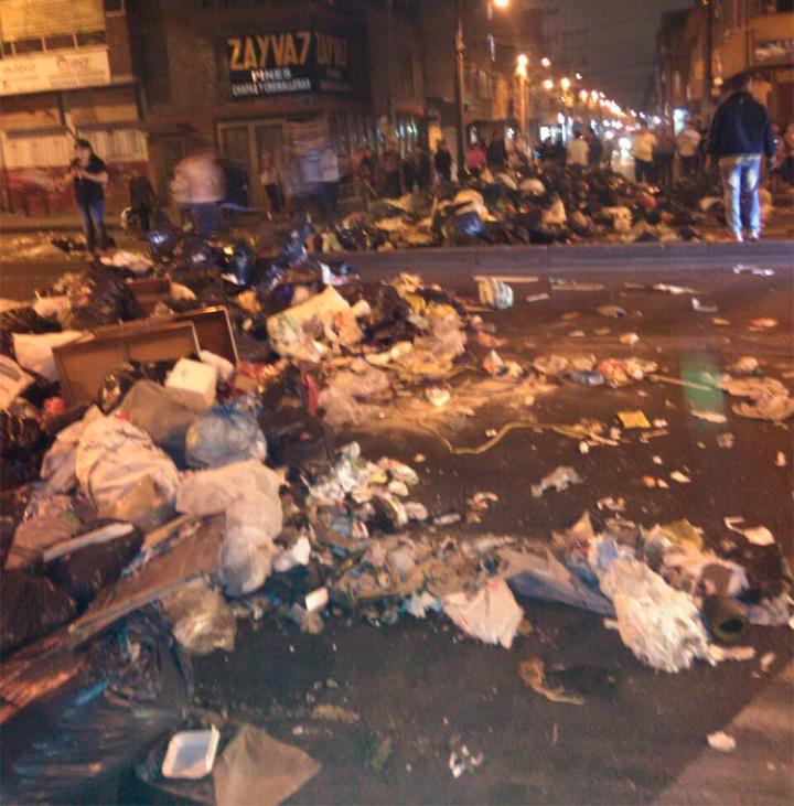 Barreras de basuras como esta se podían encontrar a lo largo de la Avenida. Foto tomada por Daniela Grimaldo.