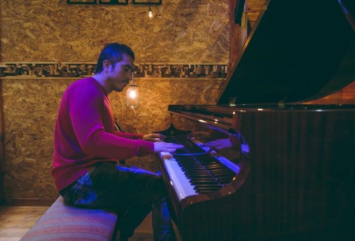 Alejandro Orozco se vuelve uno con el piano
