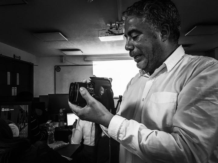 Foto a Freddy, camarógrafo y fotógrafo colombiano, dando clases en UR