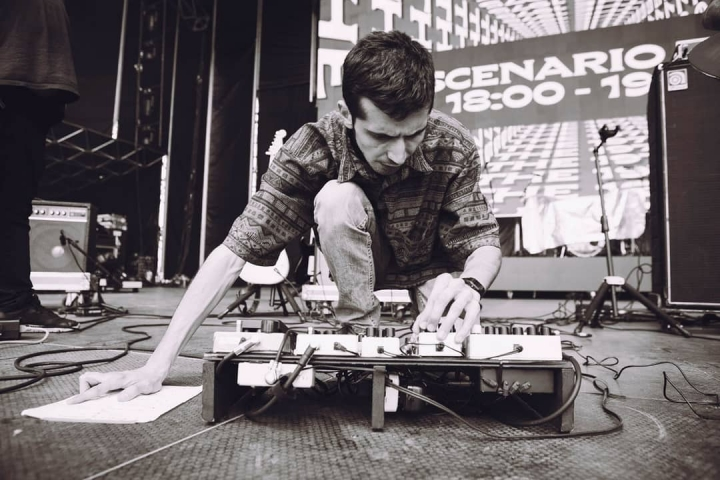 Nicolás preparándose para tocar en el Festival Estéreo Picnic
