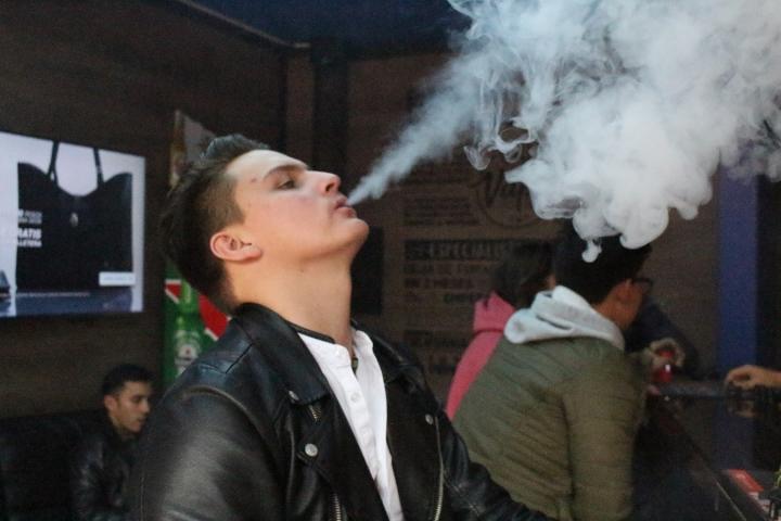 Joven vapea en ´Vapor kingdom´, tienda de cigarrillos electrónicos.
