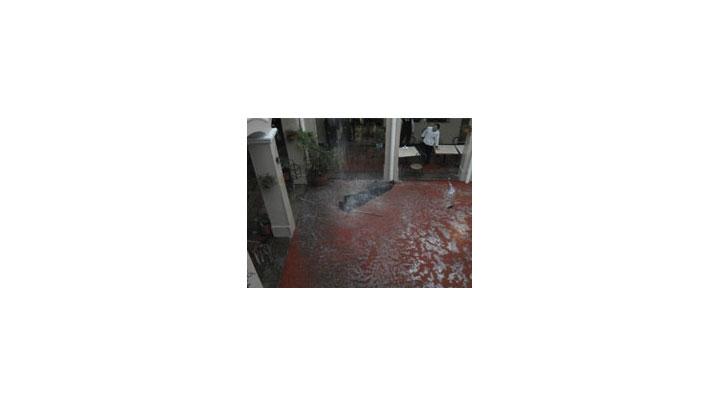 El techo de la cafetería de la Universidad del Rosario no soportó la cantidad de agua, lo que provocó que se rompiera y se hiciera necesaria la evacuación de ese espacio del claustro.