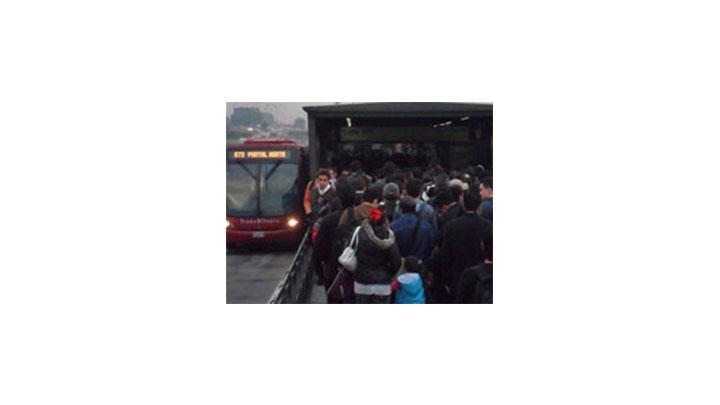 Las filas para comprar los tiquetes generan gran congestión en las estaciones de TransMilenio.
