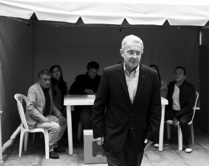 Álvaro Uribe, ex presidente de la República, cierra los ojos después de haber ejercido su derecho al voto