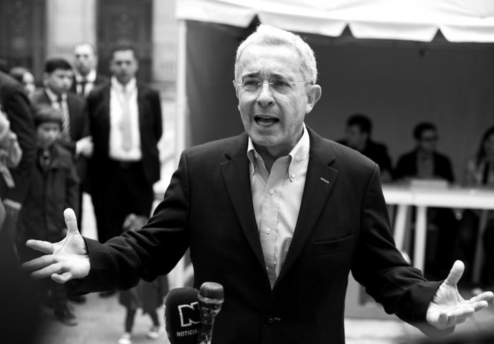 Retrato a Álvaro Uribe frente a la prensa en el Congreso de la República