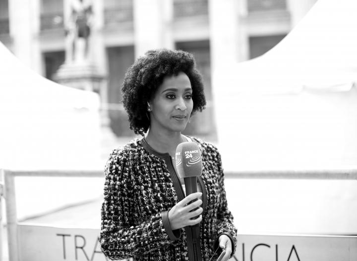 Una periodista colombiana llamada Liliana, presentadora de France 24 horas, retransmite en directo desde el Congreso de la República