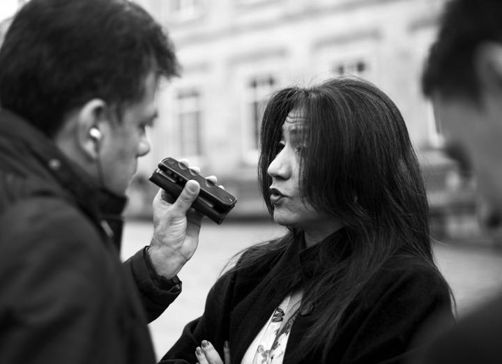 Un periodista entrevista a Yolima Carrillo, presidenta del Consejo Nacional Electoral, en la Plaza de Bolívar