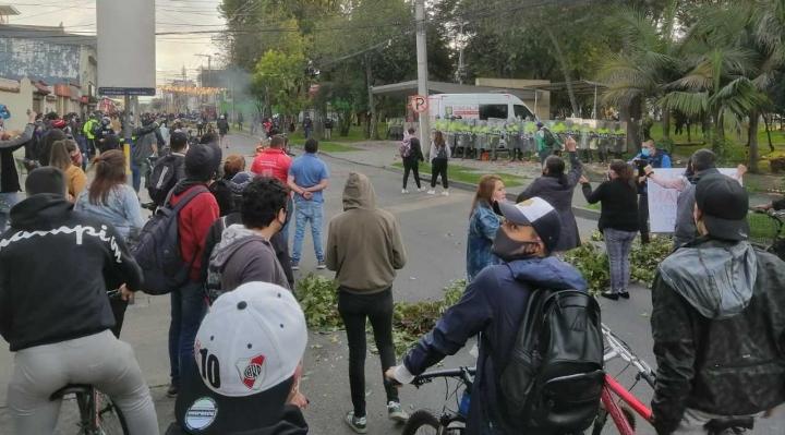 Manifestantes en frente del CAI de Villa Luz
