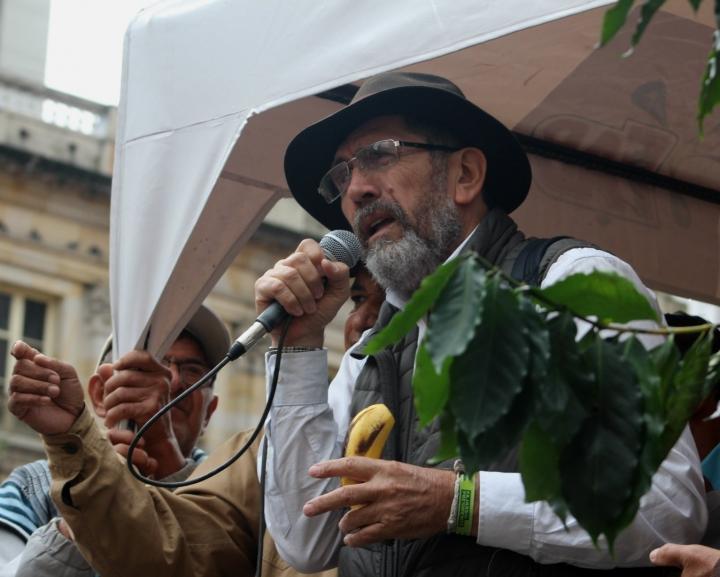 El líder campesino Óscar Gutiérrez le exige al ministerio de Agricultura que los atienda. Foto: Laura Lucía González