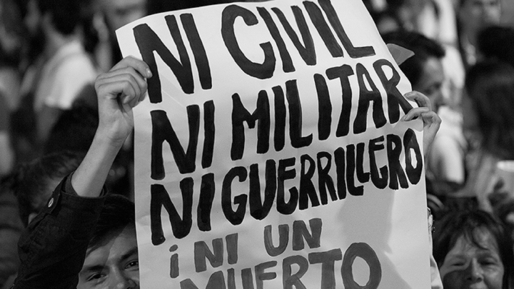 """Fotografía titulada """"Ni civil, ni militar, ni guerrillero, ¡ni un muerto más!"""", tomada de Patrimonio Cultural - Universidad Nacional"""