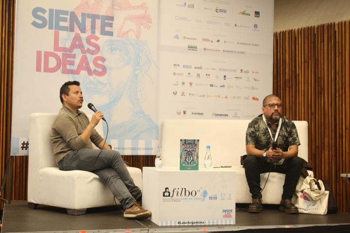 John Naranjo (izquierda) y Oscar Pantoja (derecha) llevan una amistad de 20 años y juntos construyen biografías gráficas. Foto por: Silvia Bayona