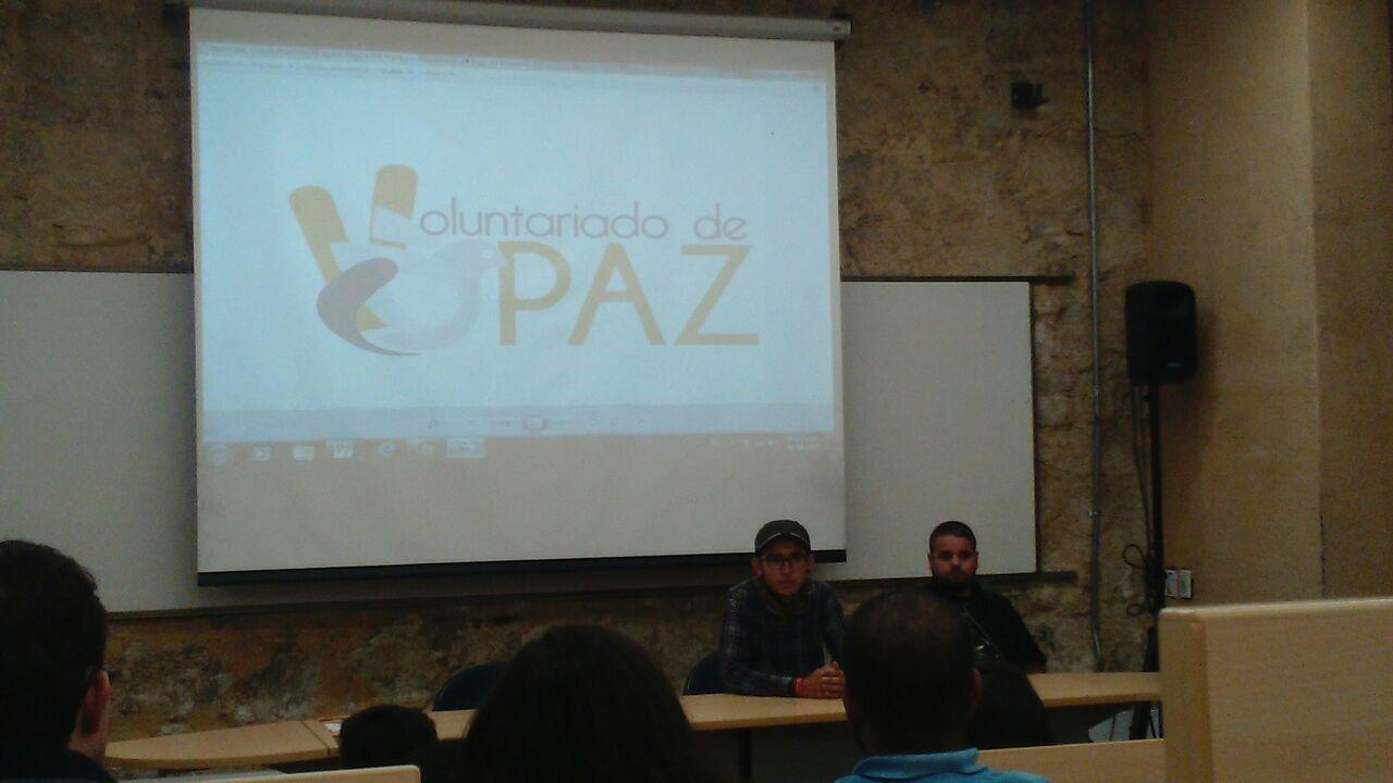 Conversatorio en la Universidad de los Andes. De izquierda a derecha: Ricardo Franco y Alex, exguerrilleros de las FARC que ahora hacen parte del grupo Pedagogía de paz