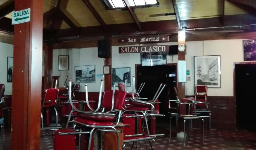 El café San Moritz sin clientes esperando volver a ser abierto.