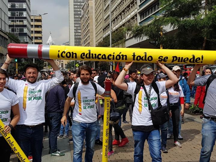 Estudiantes caminaron por la carrera Séptima alzando pancartas y avisos exigiendo el mejoramiento de la educación superior. Foto de: Luis Carlos Mayorga A