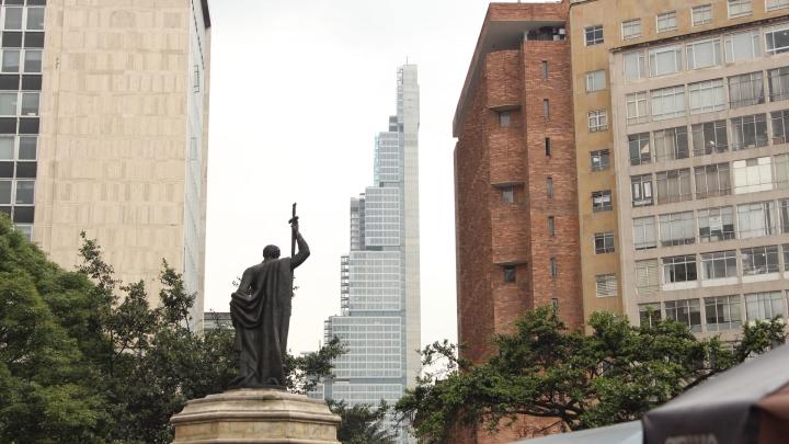 Imagen del edificio Bacatá visto desde la Plazoleta del Rosario en Bogotá