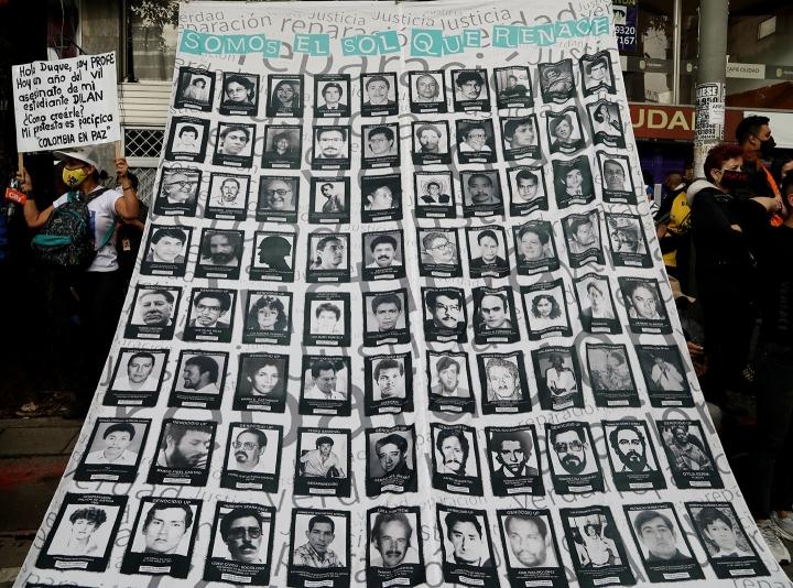 Retratos de personas asesinadas en Colombia, cartel en la calle 19 de Bogotá al conmemorarse un año de la muerte de Dilan Cruz, el 23 de noviembre de 2020