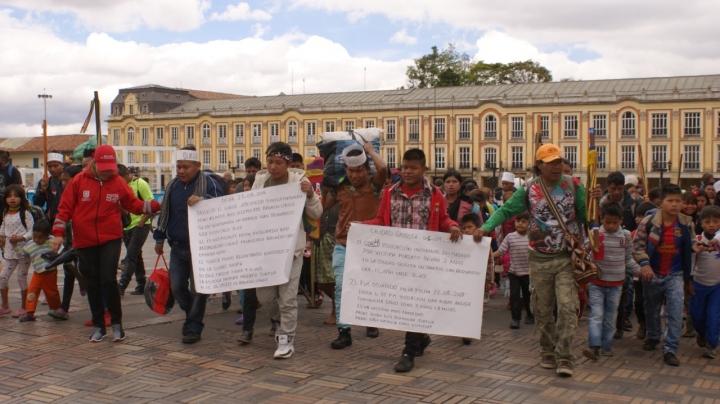 Indígenas uitoto protestan en la plaza de Bolívar de Bogotá. Crédito de las fotografías: Valentina Molina y Camila Herrera