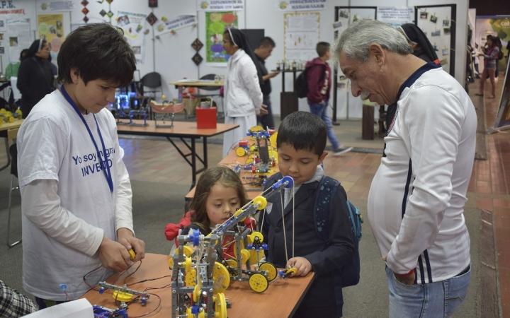 Los niños más grandes presentaban sus trabajos para que los más pequeño también se contagien de su amor por la ciencia