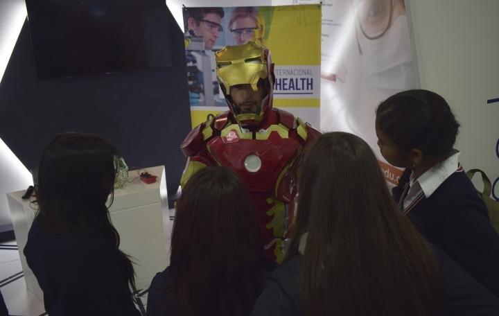 """""""Iron Man"""" estuvo en la feria acercando a los jóvenes en la Ciencia"""