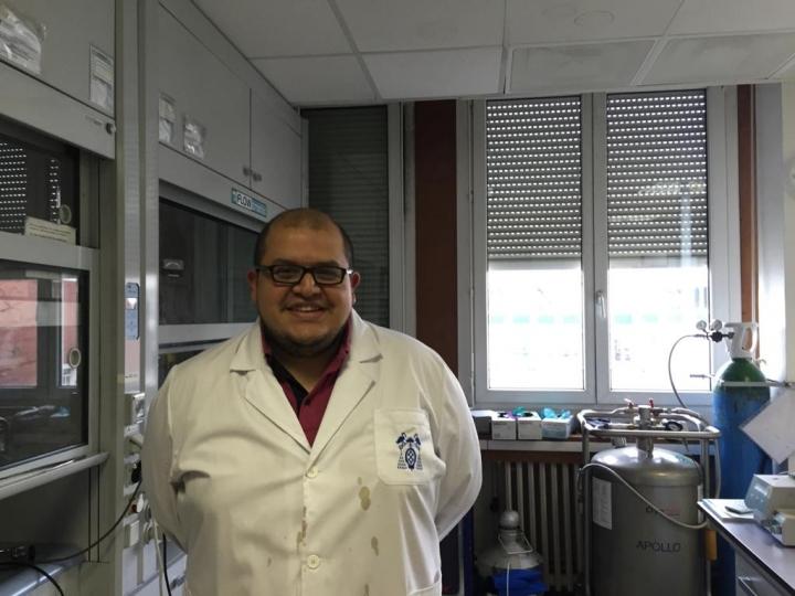 El científico Edwin Baquero en el Laboratorio de Física y Química de Nano Objetos en Toulouse, Francia. 2015.