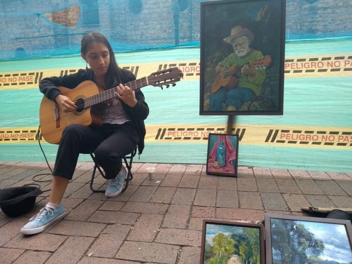 Isabela Ordoñez, guitarrista del centro de Bogotá.