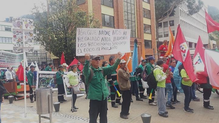 Marcha de recicladores frente a la Universidad Jorge Tadeo Lozano