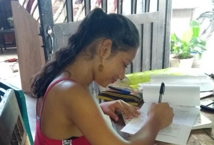Daniela haciendo sus trabajos escolares.