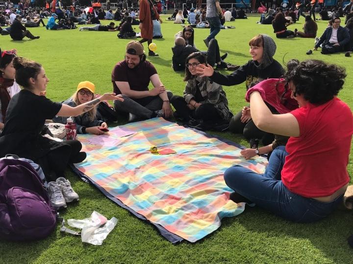 Personas de todas las edades hacen parte del proyecto que incentiva al dialogo en espacios públicos.