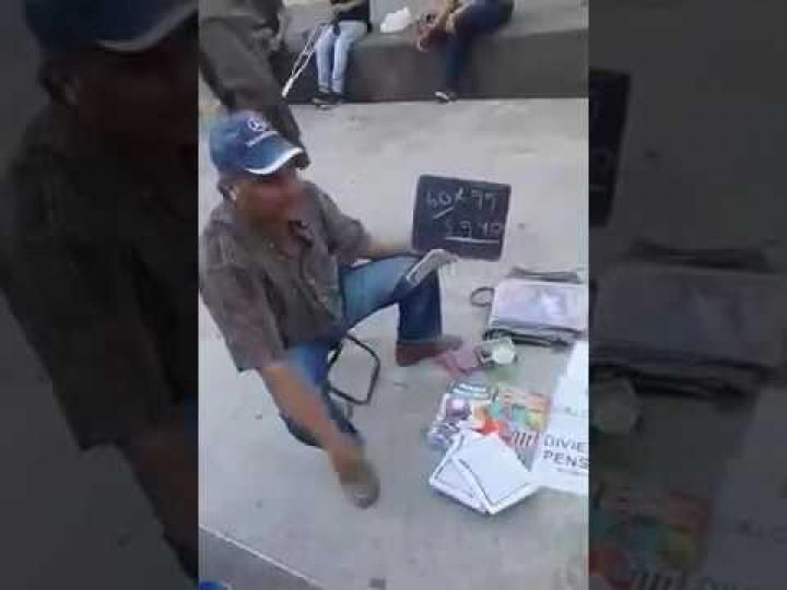 El vendedor callejero que se hace famoso por su curiosa forma de enseñar matemáticas