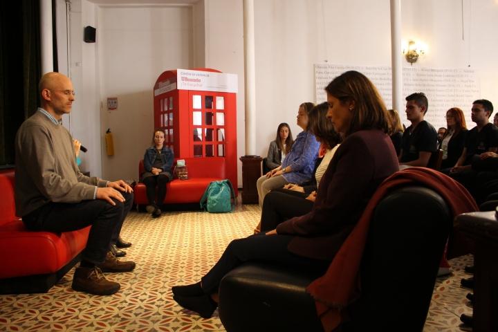 Alex Estreauble en meditación junto con el publico participante de la actividad de Enlazados por la Paz
